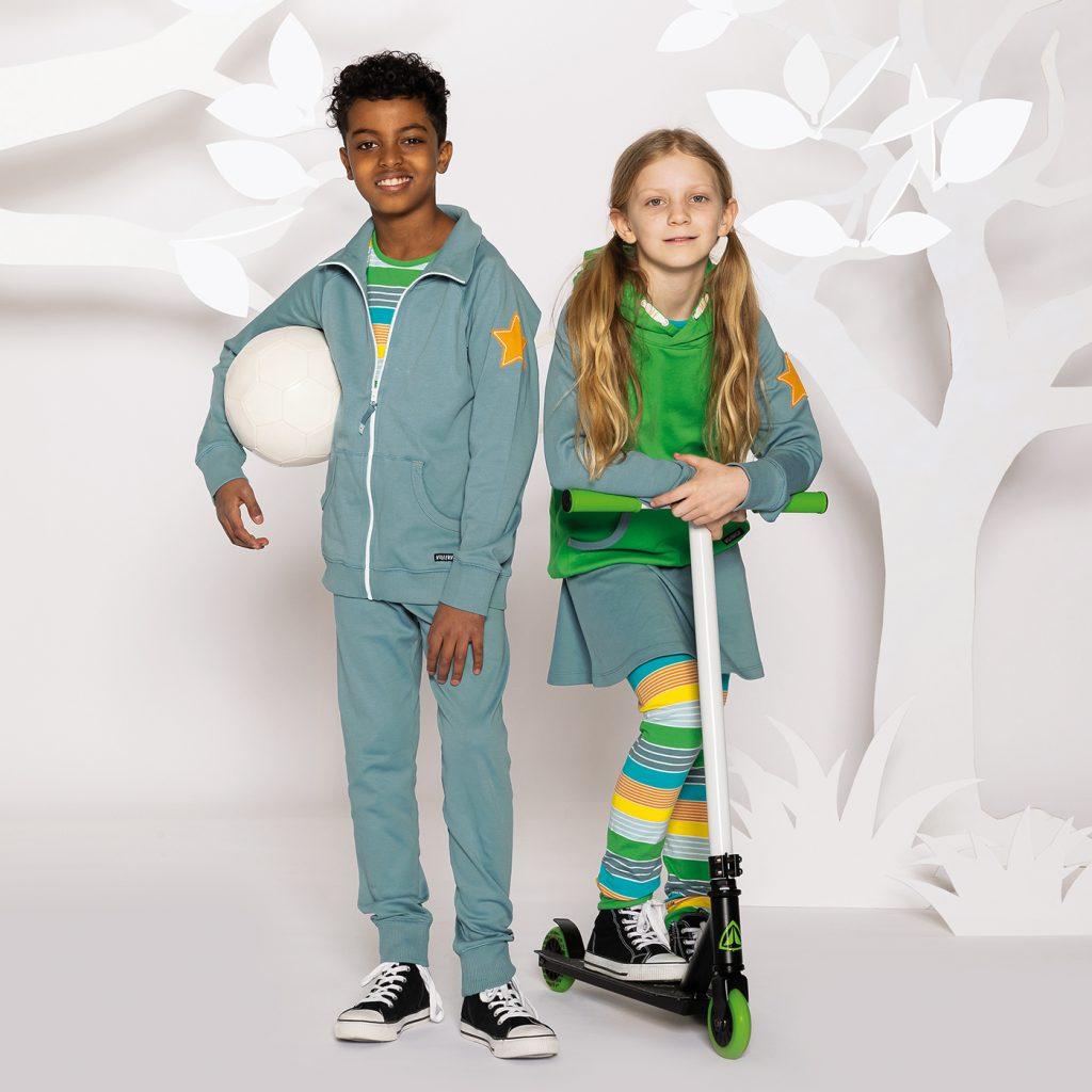 Villervalla visar här sin vår/sommarkollektion 2021 med två barn matchande i snygga outfits