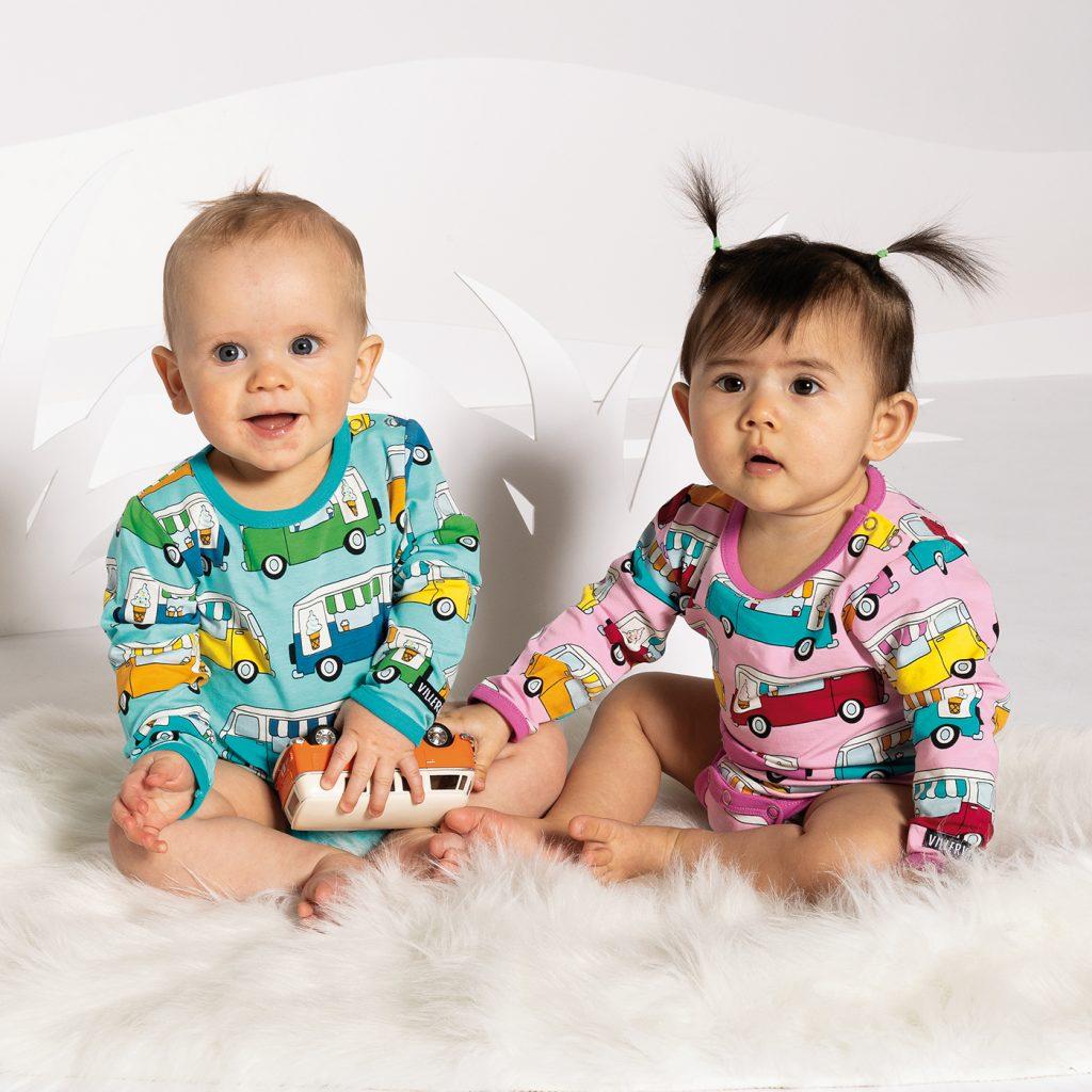 Villervalla visas här sin vår/sommarkollektion 2021 med bilder av två söta småbarn i bodys med bilar.