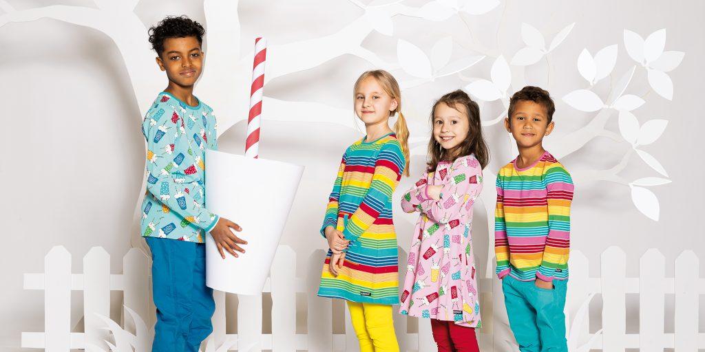 Villervalla visar här sin vår/sommarkollektion 2021 med fyra barn med klänningar och tröjor med ränder och milkshakes.