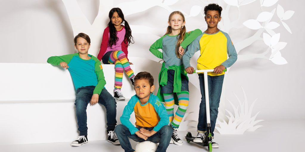 Villervalla visar här sin vår/sommarkollektion 2021 med fem härliga barn i matchande kläder.